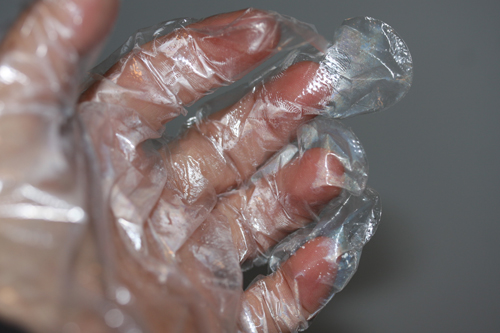 生ハム作りは手袋必須