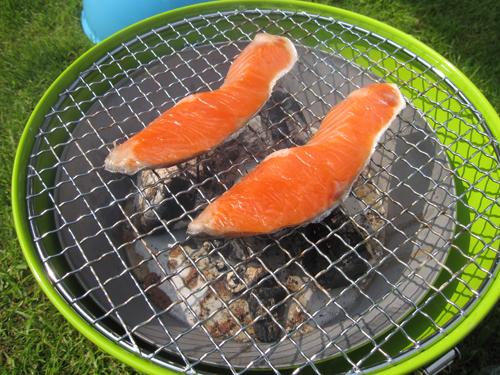 炭火で塩鮭燻製