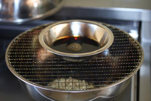 液体を容器に入れて燻製