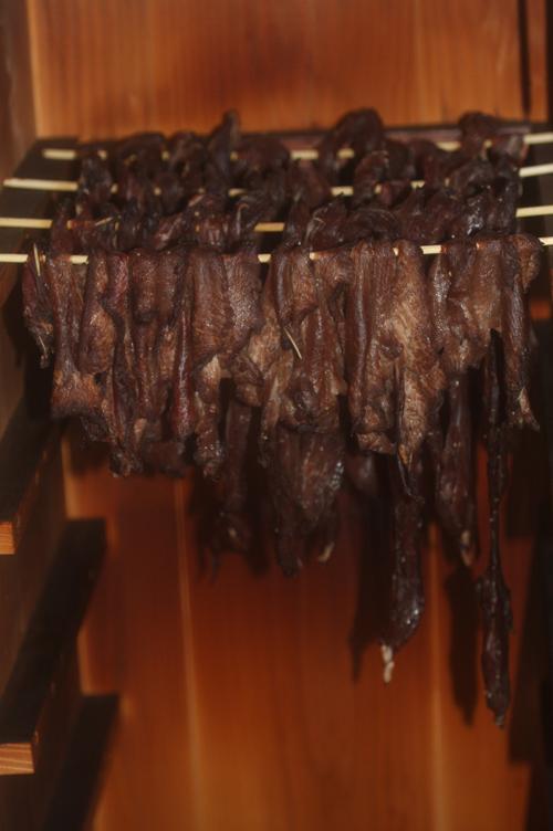 竹串で吊るしてビーフジャーキー燻製