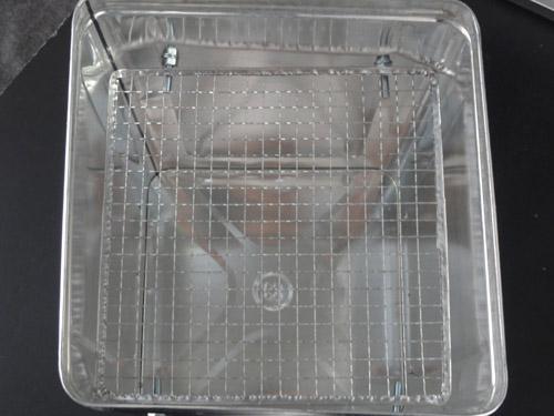 一斗缶燻製器に網を乗せる